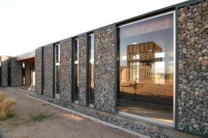 фасад из камня чередуется со