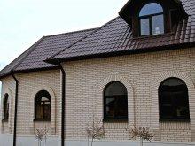 Гарний фасад будинку з білого керамічної лицьової цегли відтінку слонової кістки виробництва Старооскольського цегельного заводу